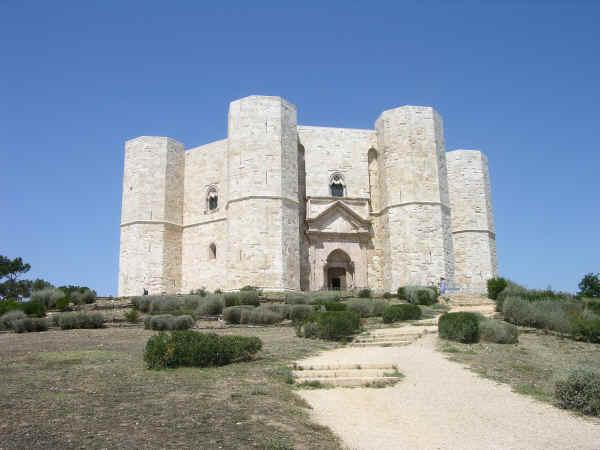 можно посетить замок 13 века Кастель дель Монте